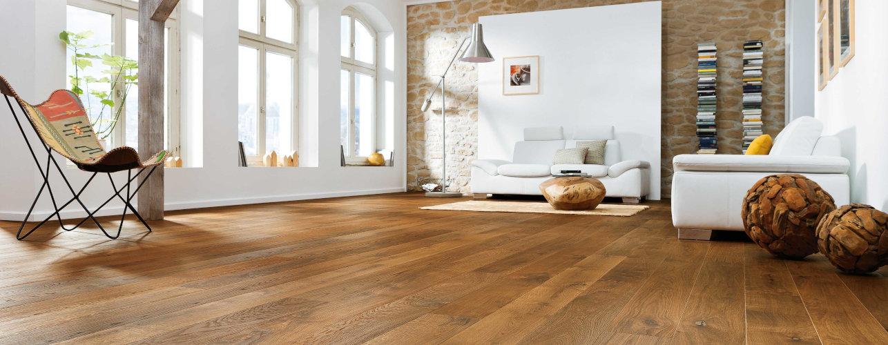 Natur-Holzfußboden in Form von Parkett ausgestellt in einem lichten Raum